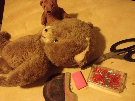 Der große Tag: Teddyz wird operiert. Bruno hält Pfote und wagt ein Späßchen über #keinohrhasen. Das hebt die Stimmung, aber nur bei Bruno. Nachdem er sich beim Anästhetikum bedient, fliegt er beinahe aus dem OP.